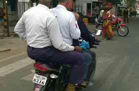 जिनके जिम्मे है यातायात नियमों का पालन, वहीं कर रहे उल्लंघन