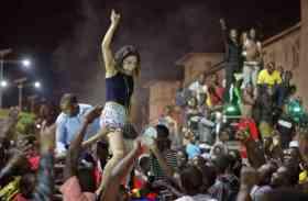 Pics: मुगाबे के इस्तीफे के बाद खुशी से पागल हुए लोग, सड़कों पर दिखे ऐसे नजारे
