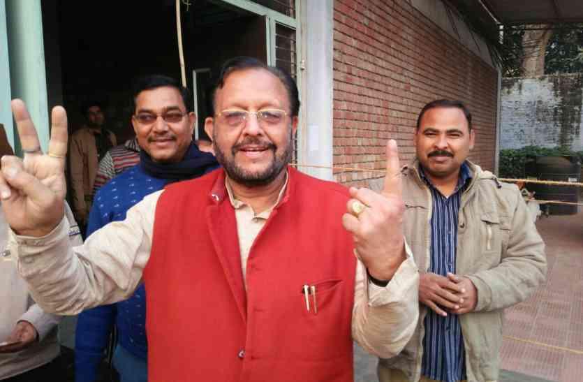 योगी के मंत्री ने वोट डालते ही विजय का प्रतीक चिह्न बनाया, आखिर क्यों