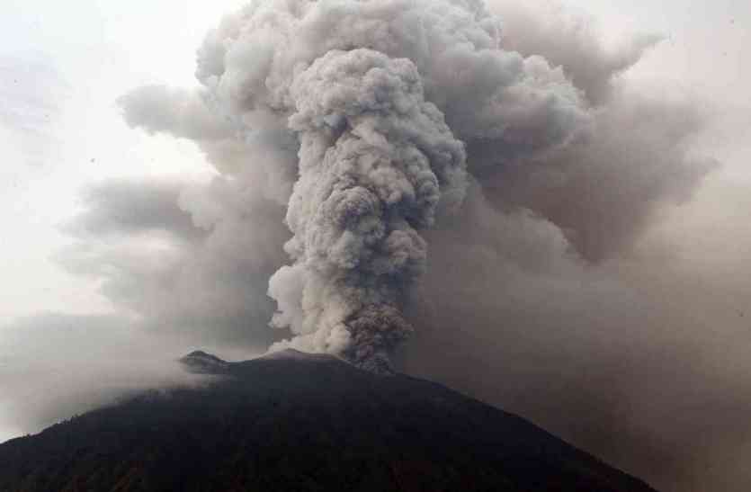 इन 5 तस्वीरों में देखिए कितना भयानक है बाली में फटने वाला ज्वालामुखी