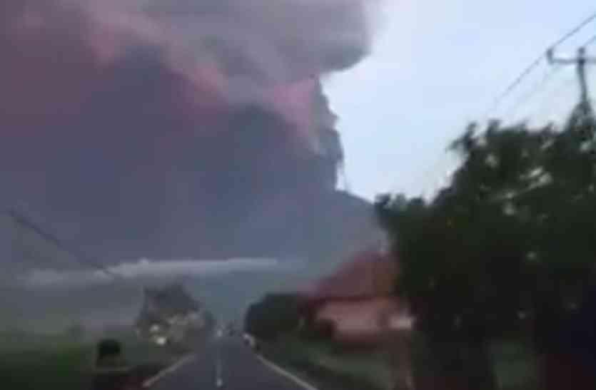 इंडोनेशिया में धधक उठा ज्वालामुखी, धुएं के गुब्बार में तब्दील हुआ आसमान