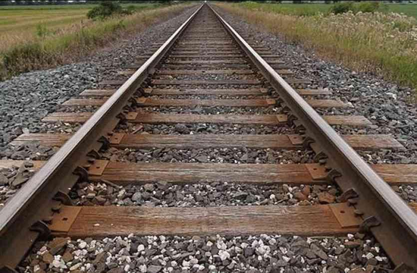 ठंड से क्रैक हो रही रेल पटरियां