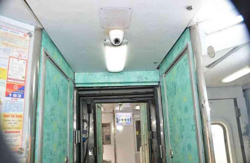 PICS: भारतीय रेल हुए हाईटेक, अब ट्रेन में लीजिए फ्लाइट जैसी सुविधाएं