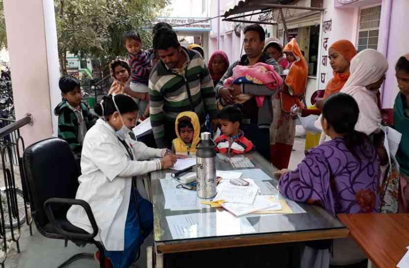 video : उदयपुर में डॉक्टर्स ने अस्पताल के बाहर पोर्च में बैठ कर की मरीजों की जांच,  कहीं टेंट लगाकर देखे मरीज