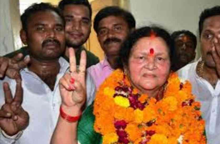 Kanpur Mayor Election Won By BJP Pramila Pandey - कलम के बजाय पिस्तौल वाली  को सिर-माथे बैठाया, भाजपा की मिली बड़ी जीत | Patrika News