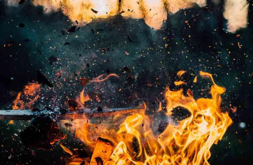 पत्नी के इस काम से क्षुब्ध पति ने खुद पर केरोसिन डाल लगाई आग, हुई मौत