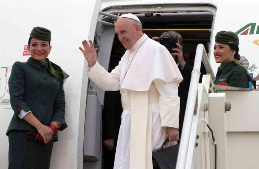 ढाका पहुंचे पोप ने कहा- दूसरों की बुराई करना भी आतंकवाद