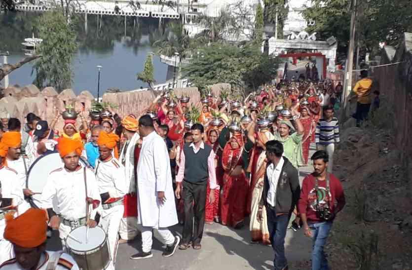 video :  उदयपुर में करणी माता मंदिर की प्राण प्रतिष्ठा के तहत कलश यात्रा और पंचकल्याणक महोत्सव के तहत निकली शोभायात्रा