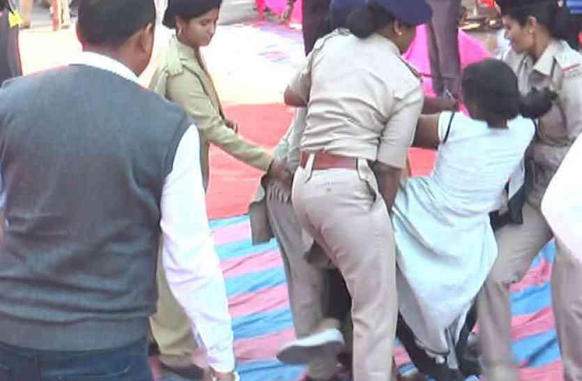 सीएम रुपाणी के सामने शहीद की बेटी से पुलिस ने की बदसलूकी
