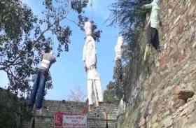 Video: किले की प्राचीर पर लटक रहे हैं पुतले, आने-जाने वालों पर ऐसे रस्सी के सहारे झूल रहे हैं हवा में