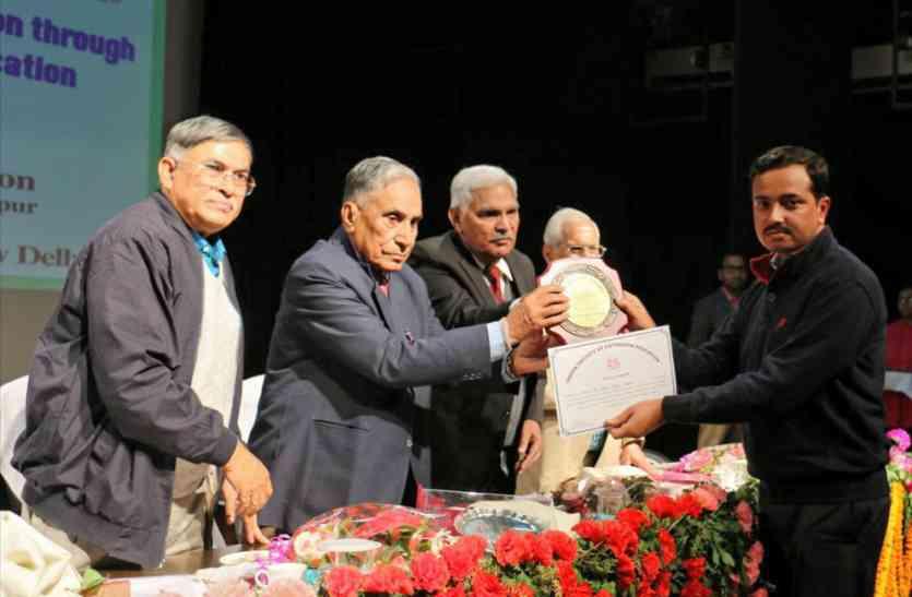 आजमगढ़ के वरिष्ठ कृषि वैज्ञानिक डा. रुद्र प्रताप सिंह फेलो पुरस्कार से सम्मानित, किये हैं ये काम