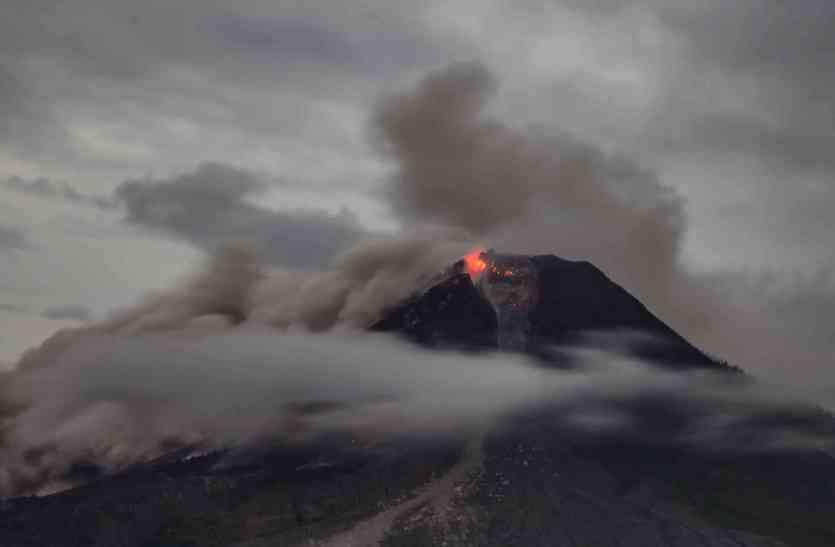 PICS: अभी भी धधक रहा अगुंग ज्वालामुखी, 38 हजार से ज्यादा लोगों ने घर छोड़ा