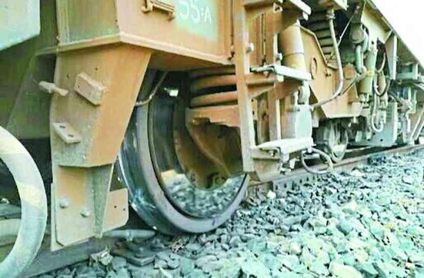 ड्राइवर ने इमरजेंसी ब्रेक लगाकर बचाई यात्रियों की जान, टूटी पटरी, उदयपुर-इंदौर एक्सप्रेस का इंजन बेपटरी