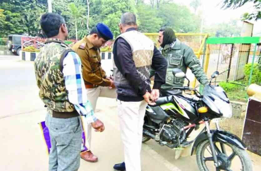 #Helmet: आदेश के बाद जागे एएसपी टीकमगढ़, सड़क पर खड़े हुए तो दस पुलिस वाले ट्राफिक नियम तोड़ते पकड़ाए, चालान काटे
