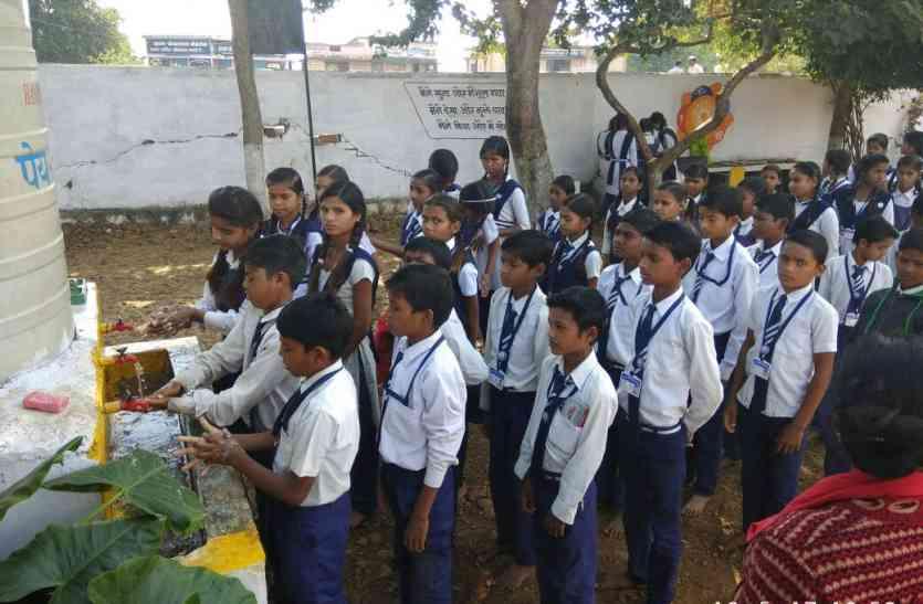 अफसरों ने गोद लिए सरकारी स्कूल, बदलती दिख रही तस्वीर