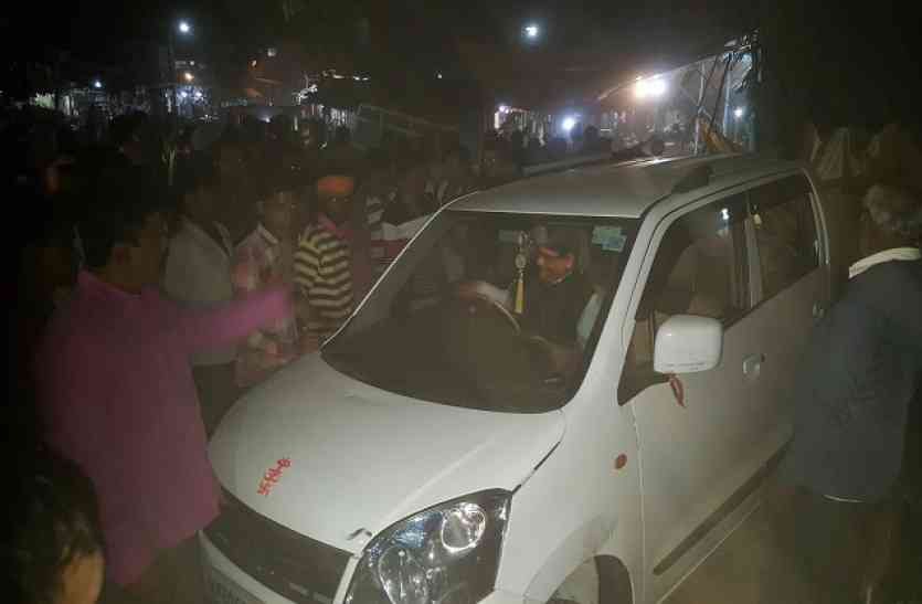 अनियंत्रित कार ने सब्जी विक्रेता महिला को लिया चपेट में, दो बाइक भी हुई क्षतिग्रस्त