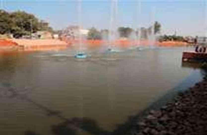कहां गायब हुआ  पौराणिक  तालाब... नक्शा लेकर तलाश रहे निगम अधिकारी