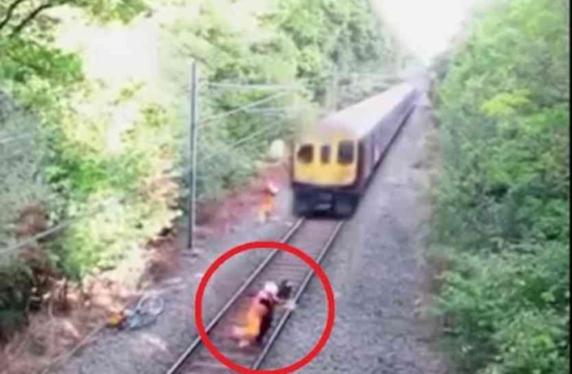 बाइक सवार को घसीटते हुए निकली ट्रेन, फिर दिखा ये खौफनाक नजारा