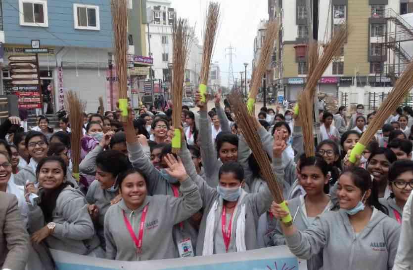 स्वच्छता को Pass व गंदगी को Fail कराने के लिए 90 हजार विद्यार्थी झाड़ू उठाकर सड़कों पर उतरें