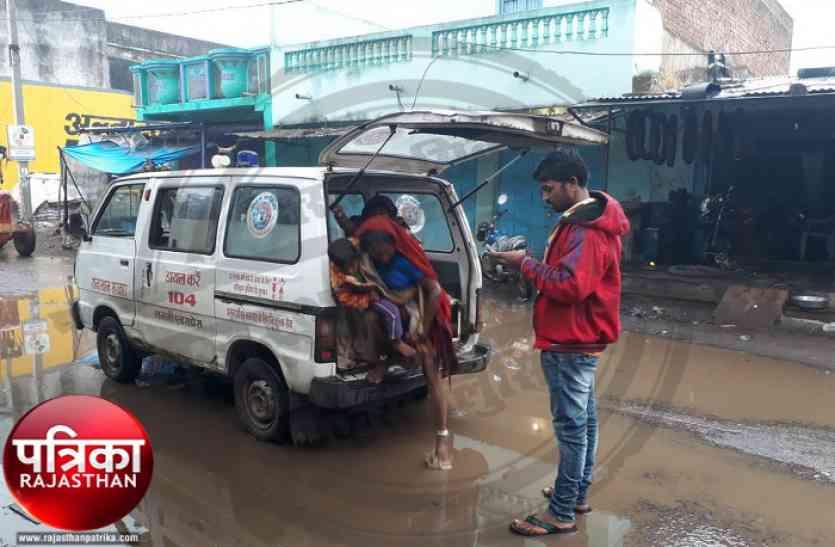 बांसवाड़ा : बीच राह फिर खराब हुई एम्बुलेंस, जच्चा-बच्चा को खाने पड़े सर्द हवा के थपेड़े