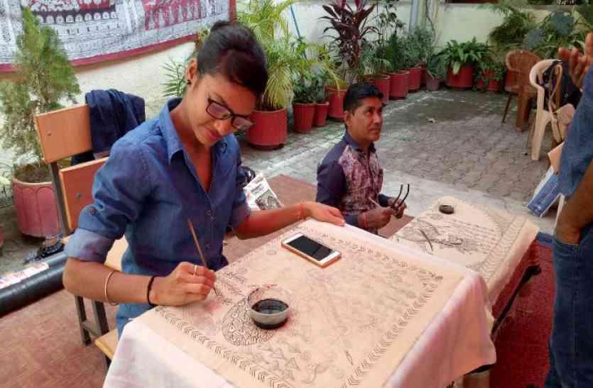 गुजराती कलमकारी में मां अंबे की कहानी और भील पेंटिंग में नजर आया प्रकृति का प्रेम, देखिए वीडियो