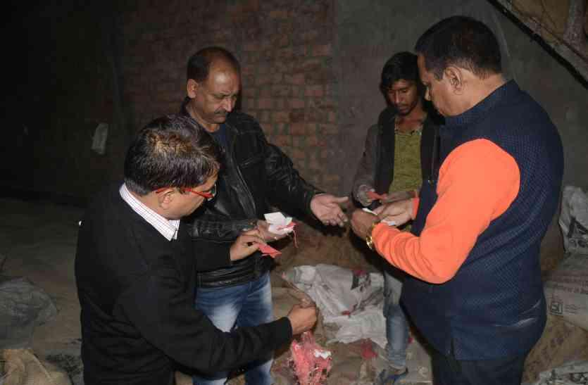 गोदाम का ताला तोड़कर जब्त किया 50 क्विंटल चावल, व्यापारी-ठेकेदार गायब