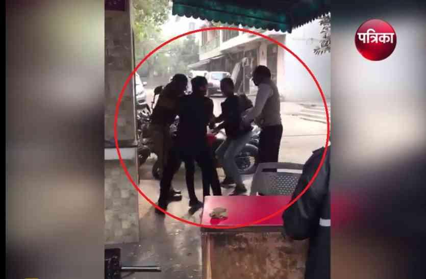Video: अकेले ही दो लुटेरों से भिड़ा पुलिस का जवान, देखिए कैसा हुआ उनका हाल