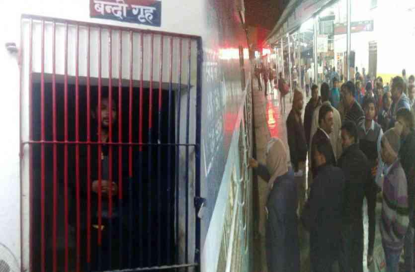 युवक की करतूत से रेलवे स्टेशन पर मचा हड़कंप, टला बड़ा हादसा, देखें वीडियो