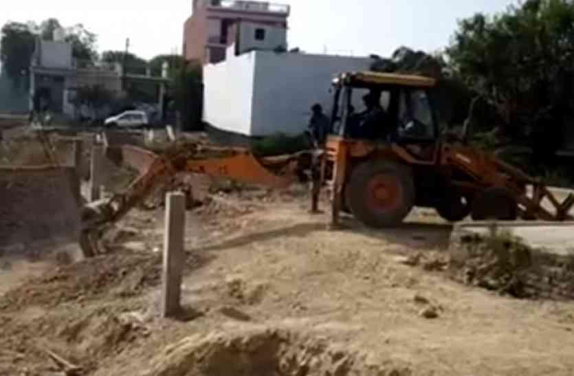गायत्री प्रजापति के एक और अवैध निर्माण पर चला बुलडोजर, सपा में मचा हड़कंप