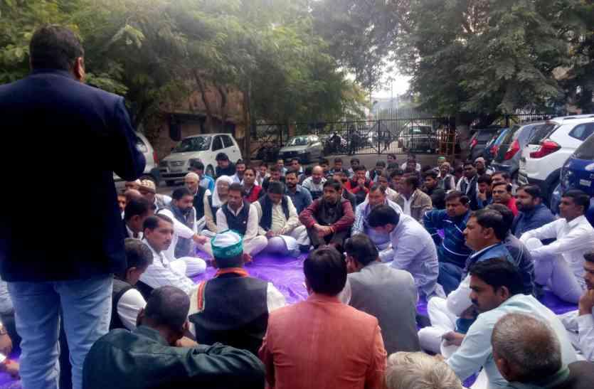 नोएडा- भाजपा सरकार में खुश नहीं किसान, अधिकारियों पर लगाया गंभीर आरोप