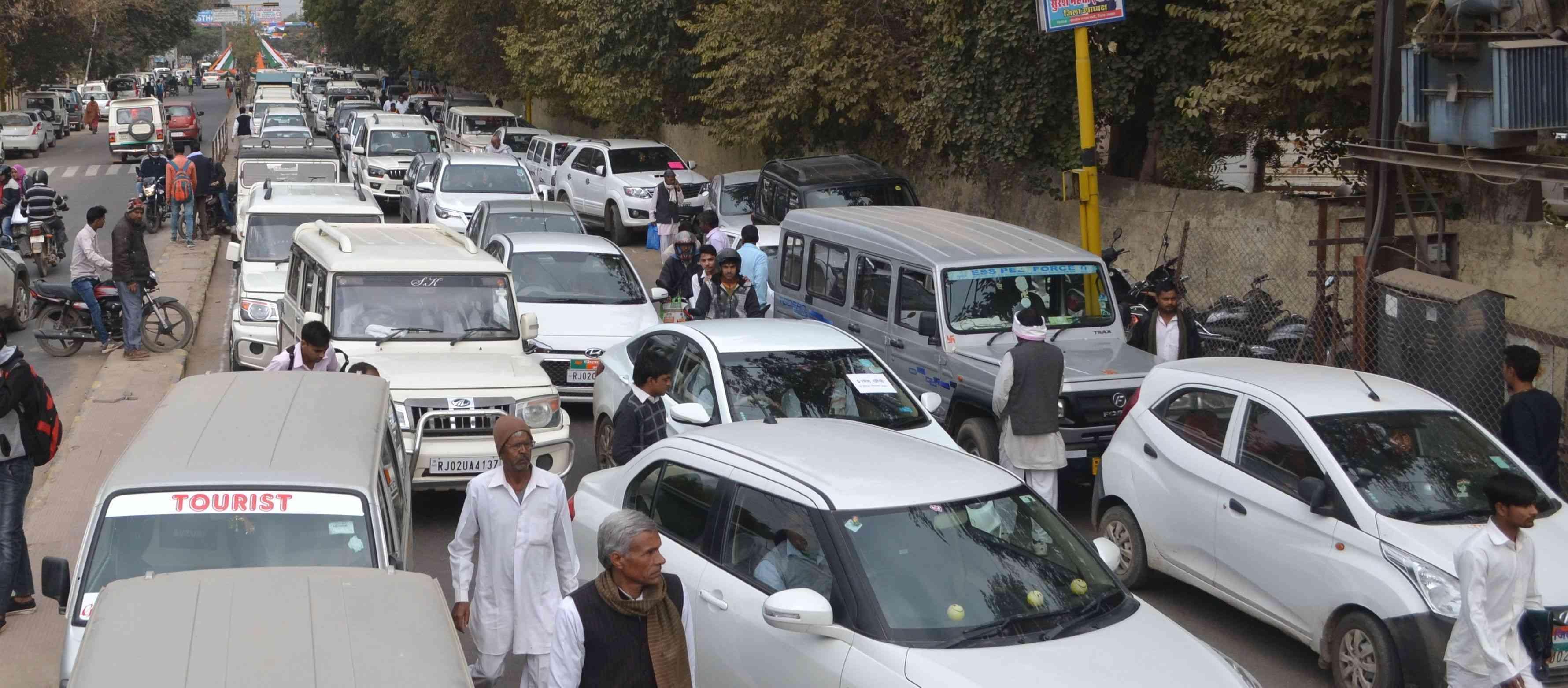 congress leaders entrap in traffic jam in alwar