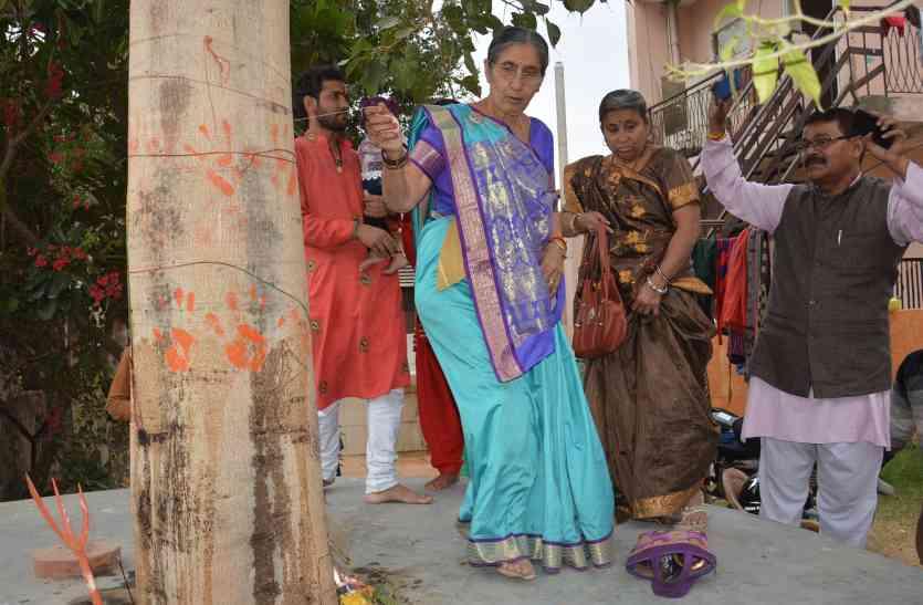 पर्स में ही पूजा की सामग्री रखतीं है प्रधानमंत्री की पत्नी, यहां  दो घंटे तक की पूजा