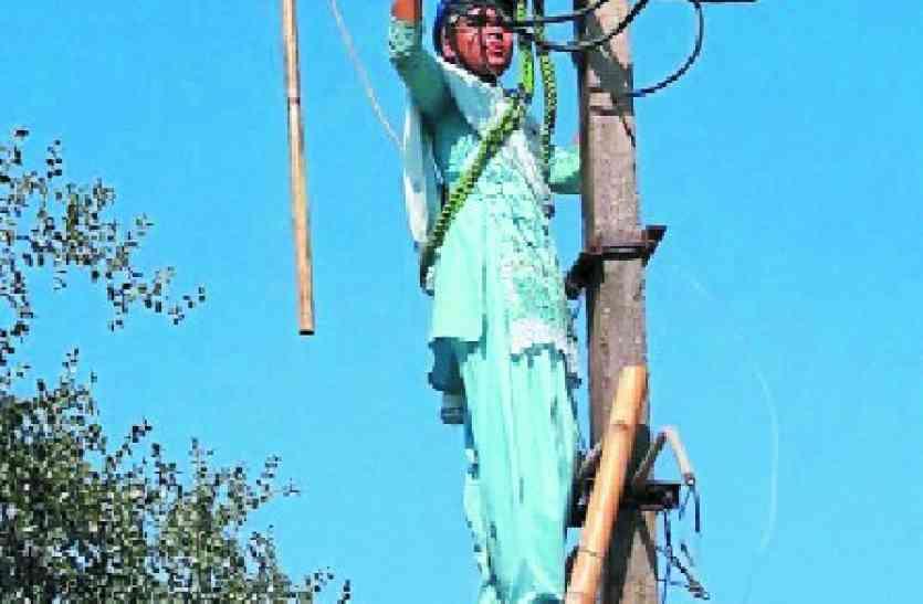 ये महिलाएं नहीं है किसी से कम, चढ़ गई बिजली के खंभों पर, वजह जानकर रह जाएंगे हैरान