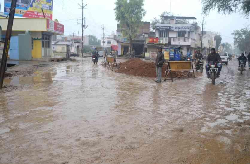 गड्ढों में भरा बारिश का पानी, मंडी रोड पर छाया कीचड़