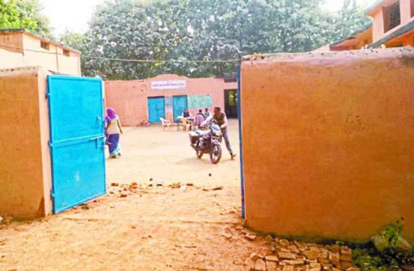 स्कूल से दो किमी दूर अतिरिक्त कक्षाओं का निर्माण, तो कैसे हो पढाई