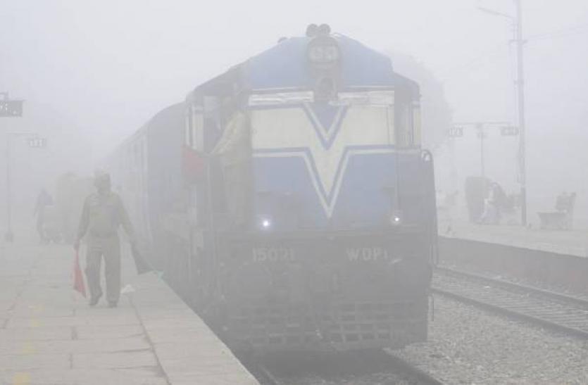 प्रयाग स्टेशन पर ट्रेन रद्द होने पर यात्रियो ने किया बवाल, रेलवे प्रशासन के छूटे पसीने