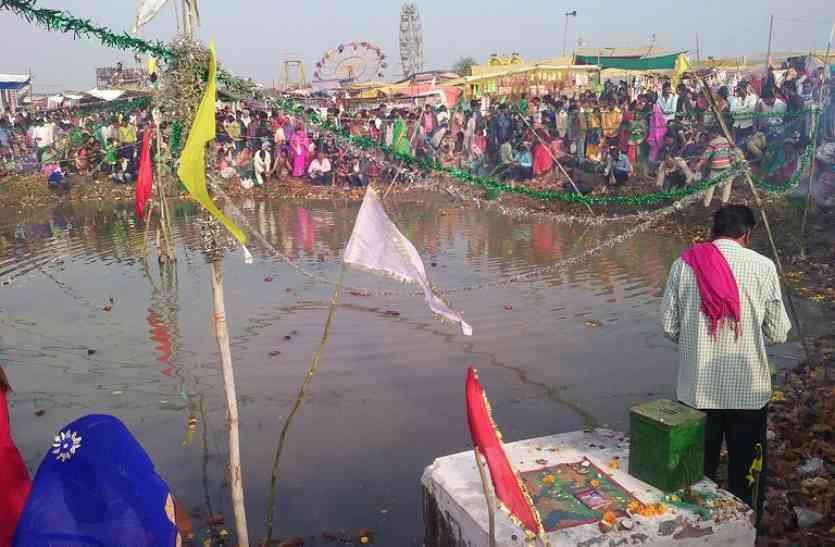 दलदली माता मंदिर में सूनी झोली भरने के लिए मांग रहे मन्नत