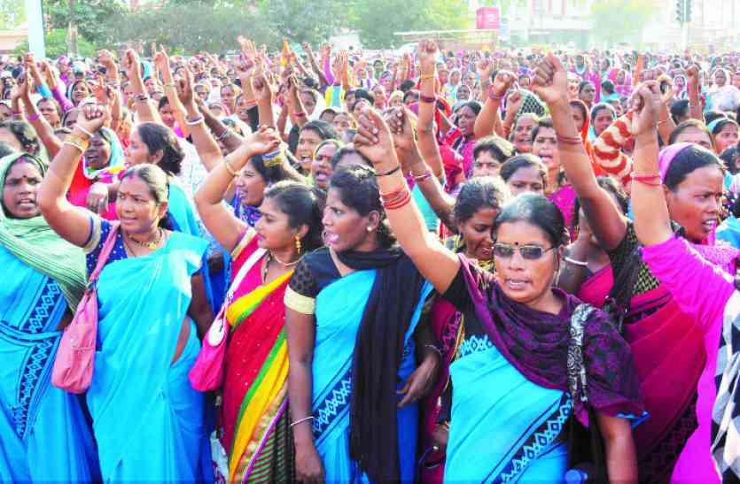 बर्खास्तगी नोटिस का नहीं दिखा असर, आंगनबाड़ी कार्यकर्ताओं व सहायिकाओं ने महारैली निकालकर जताया आक्रोश