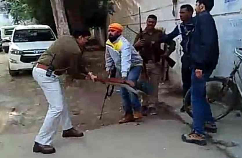 नपा परिसर में बंदूक का रुतबा दिखा रहे तीन लोग पकड़े, 7 बंदूकें जब्त
