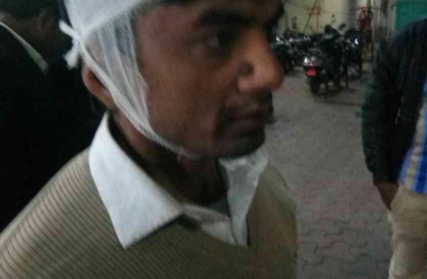 पुलिस के बेटे ने साथी के साथ मिलकर वकील का सिर में कड़े से फोड़ा