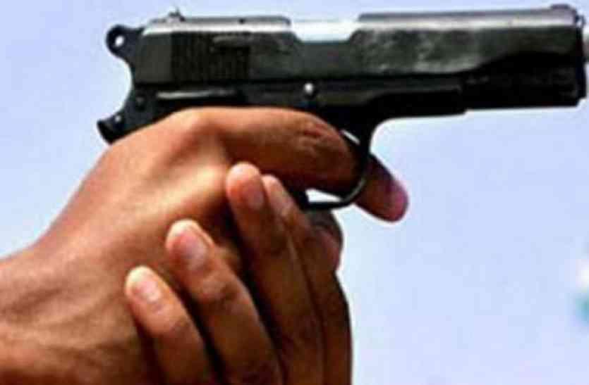 Firing: बदमाशों ने भरे चौराहे घेरकर गोली मारी, अस्पताल में मौत