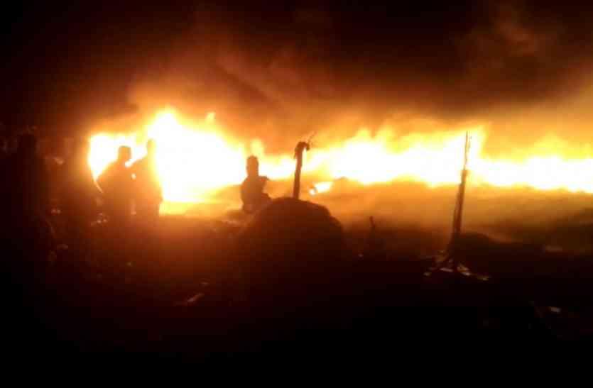 कविनगर में दिन निकलते ही करीब 100 झुग्गियाें में भीषण आग से भगदड़