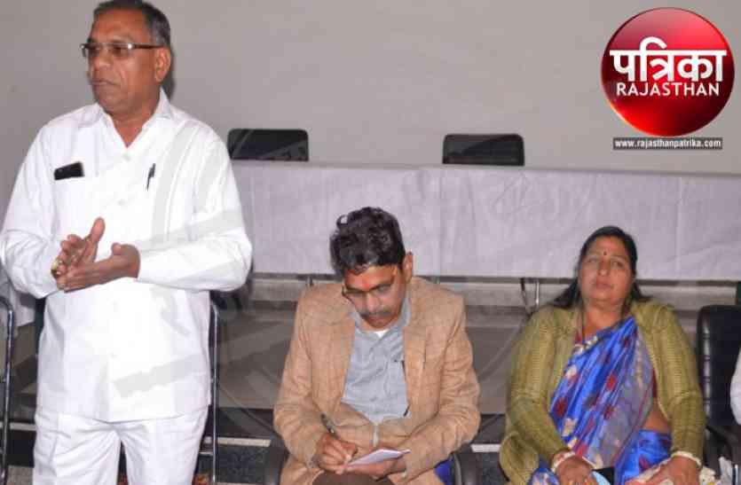 बांसवाड़ा : स्वच्छता के लिए राज्यमंत्री ने थामी कमान, पार्षदों व कार्मिकों की ली क्लास