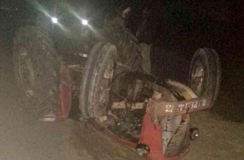 शादी समारोह का सामान लेकर आ रही अनियंत्रित ट्रैक्टर-ट्रॉली के खाई में गिरने से दो युवकों की हुई मौत, गांव में छाई शोक की लहर