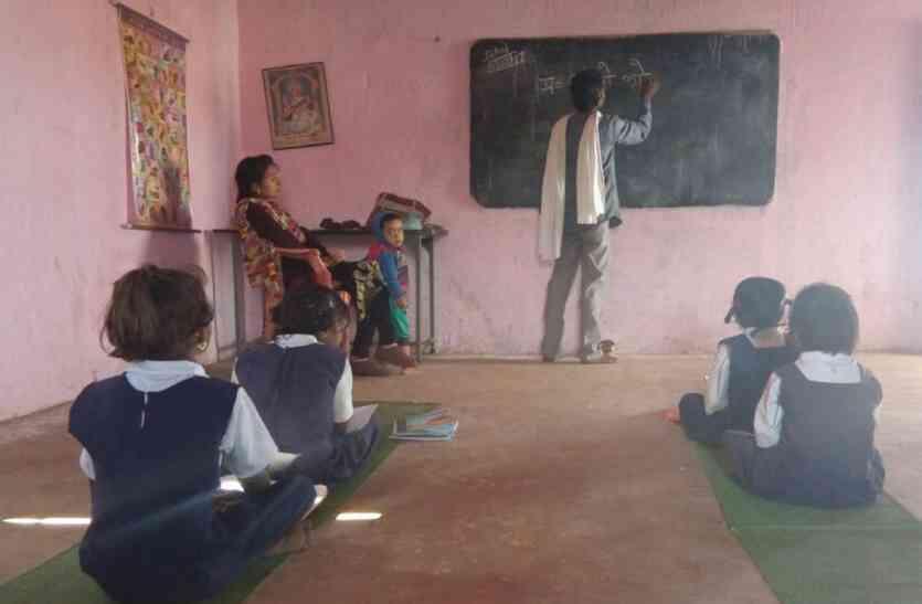 सरकारी स्कूलों में नहीं संवर रहा बच्चो का भविष्य