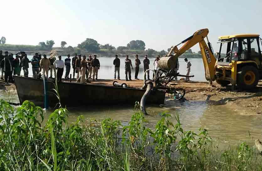 नदी में किया विस्फोट, उडऩे लगे पाइप, ड्रम व पनडुब्बी, क्या है मामला?