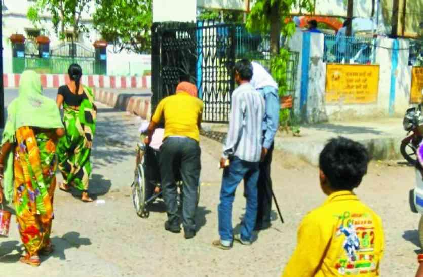 MP के इस जिला अस्पताल में डॉक्टर से पहले टकरा जाते हैं दलाल, जानिए सरकारी इलाज की कड़वी हकीकत