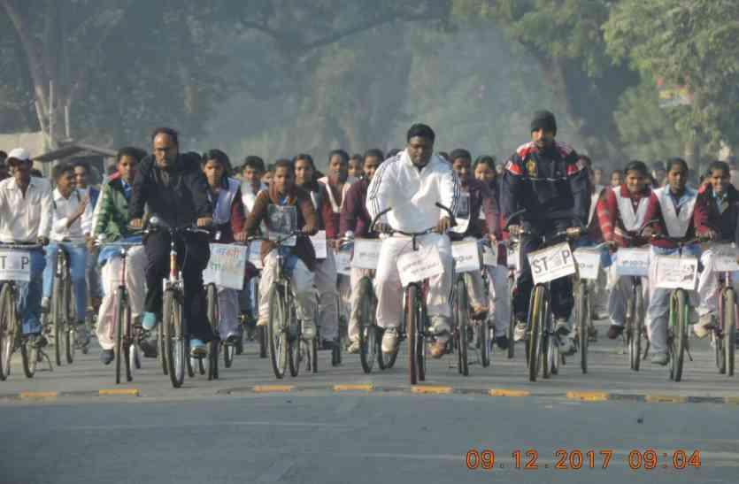 महिलाओं से बोले डीएम ''डरे नहीं-सहे नहीं'', चलाई 10 किमी साइकिल