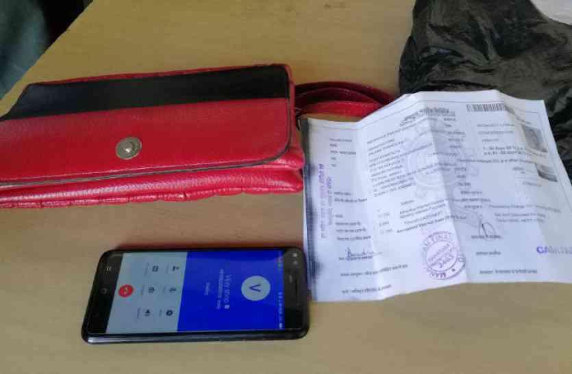 मजदूरों ने पेश की ईमानदारी की मिसाल, रुपयों से भरा बैग पुलिस को लौटाया, देखें वीडियो