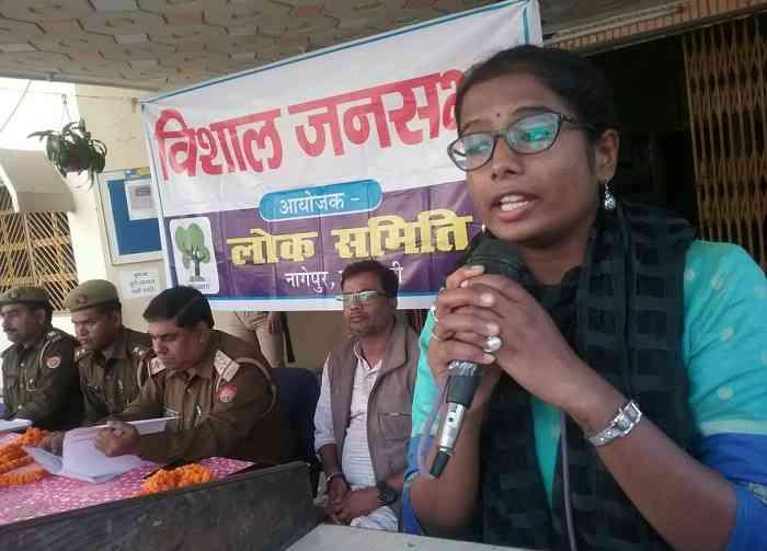 महिलाओं को आत्मरक्षा के टिप्स देती सामाजिक कार्यकर्ता